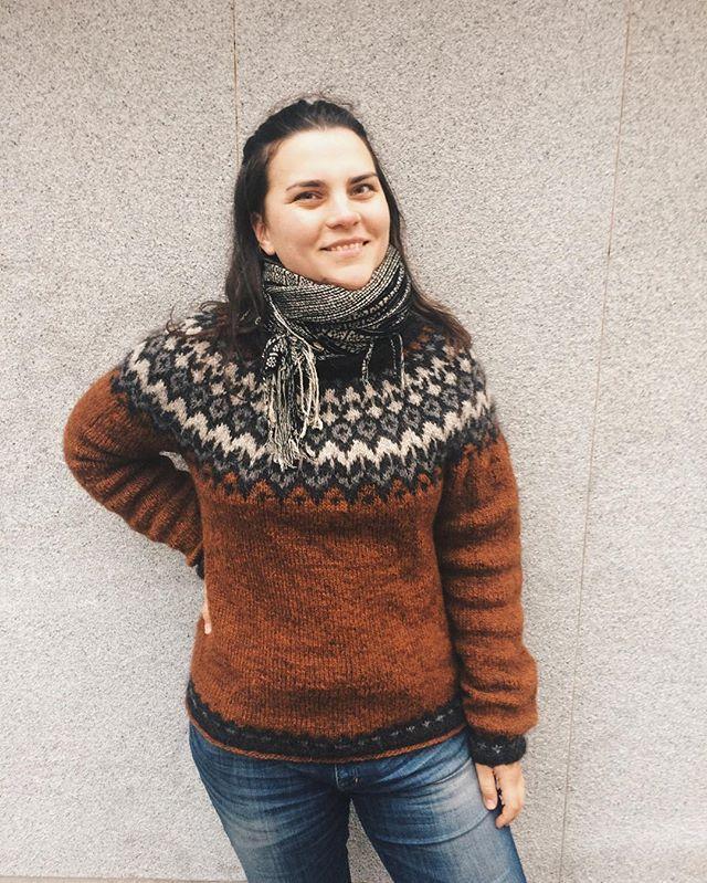 Riddari i sin helhet. Är oerhört nöjd med att min första tröja faktiskt när något jag vill ha på mig. Armarna är lite korviga, men det gör inget. #lettlopi #riddari #fannystickartröja #minförstatröja #lopapeysa #islandströja #mjukslöjd #knittersofinstagram #myfirstsweater