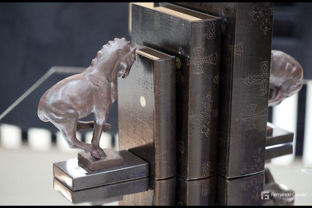 Cada elemento de tu hogar puede estar decorado con un accesorio que lo contraste.  Los caballos por ejemplo, ambientan un espacio próspero y tranquilo; ideal para sitios como escritorios o cuartos de estudio. www.fernandogarcia.com.co