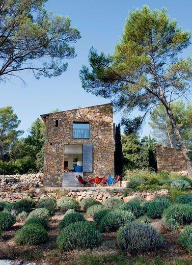 Le choix d'un toit à une seule pente - Une maison neuve taillée en pierres sèches - CôtéMaison.fr. Stone house, mediterranean style.