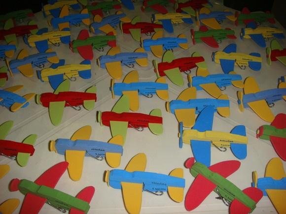 Aviões feitos de prendedores de roupas e EVA para enfeite de festa de aniversário.    Contato: alinelopestorres@yahoo.com.br