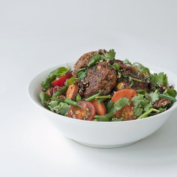 homemade black bean burgers salad // by Wij Zijn Kees // www.ilovesla.com