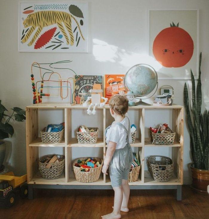 1001 Top Astuces Pour Inviter La Pedagogie Montessori A La Maison Rangement Jouet Enfant Decoration Chambre Bebe Mixte Meuble Rangement Enfant