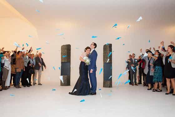Blauwe vliegtuigjes strooien op je bruiloft! Origineel trouwen!!  Fotografie Marco en Claudia Pauws (http://www.marcopauws.nl/bruiloften/) - Pinterested @ http://wedspiration.com.