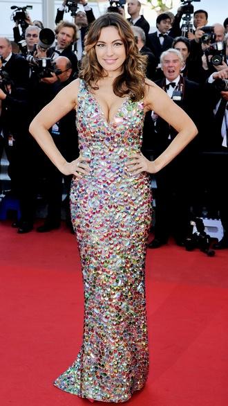 Kelly Brook  Die britische Schauspielerin trägt eine Robe mit Metallic-Applikationen von The Blonds.