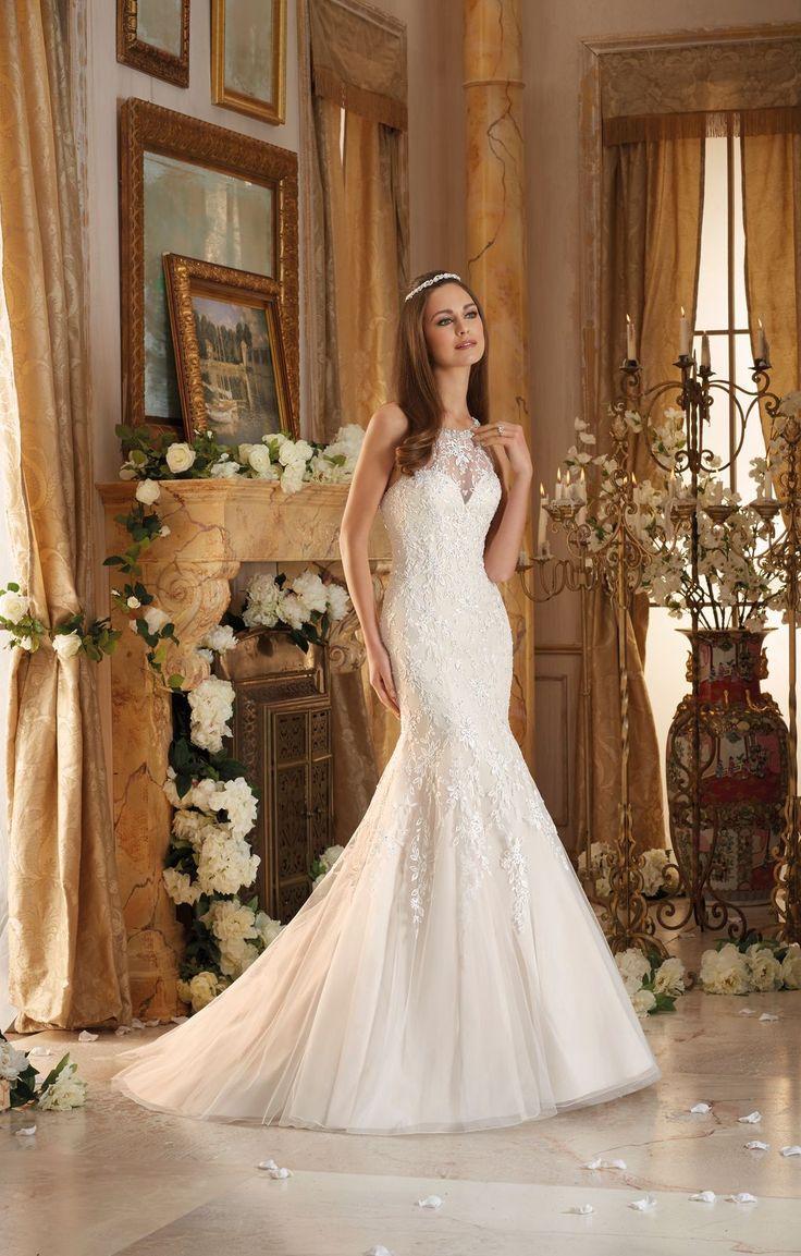 Suknia ślubna Mori Lee o kroju rybki ,z dekoltem w kształcie serca i romantycznym, delikatnym haftem na miękkim tiulu. Niezwykle …
