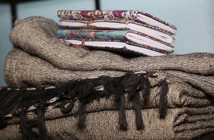 Coussin et plaid en coton tissé et filé main