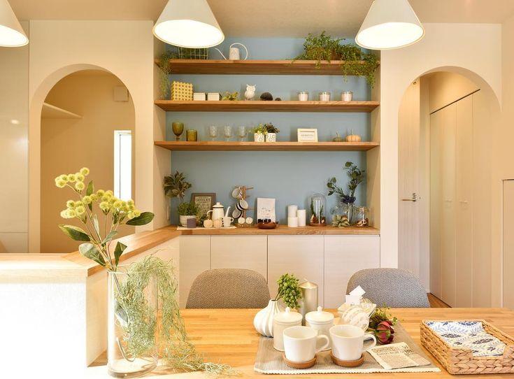 キッチンの背面にこだわりを。ブルーのアクセントに飾り棚でLDKのアイポイントに。機能的かつインテリアにできると家の雰囲気がぐっと良くなります。  #注文住宅#住宅#新築#家#マイホーム#無垢材#オーク#春風塗装#パッシブデザイン#se構法#インテリア#ダイニング#キッチン#北欧風