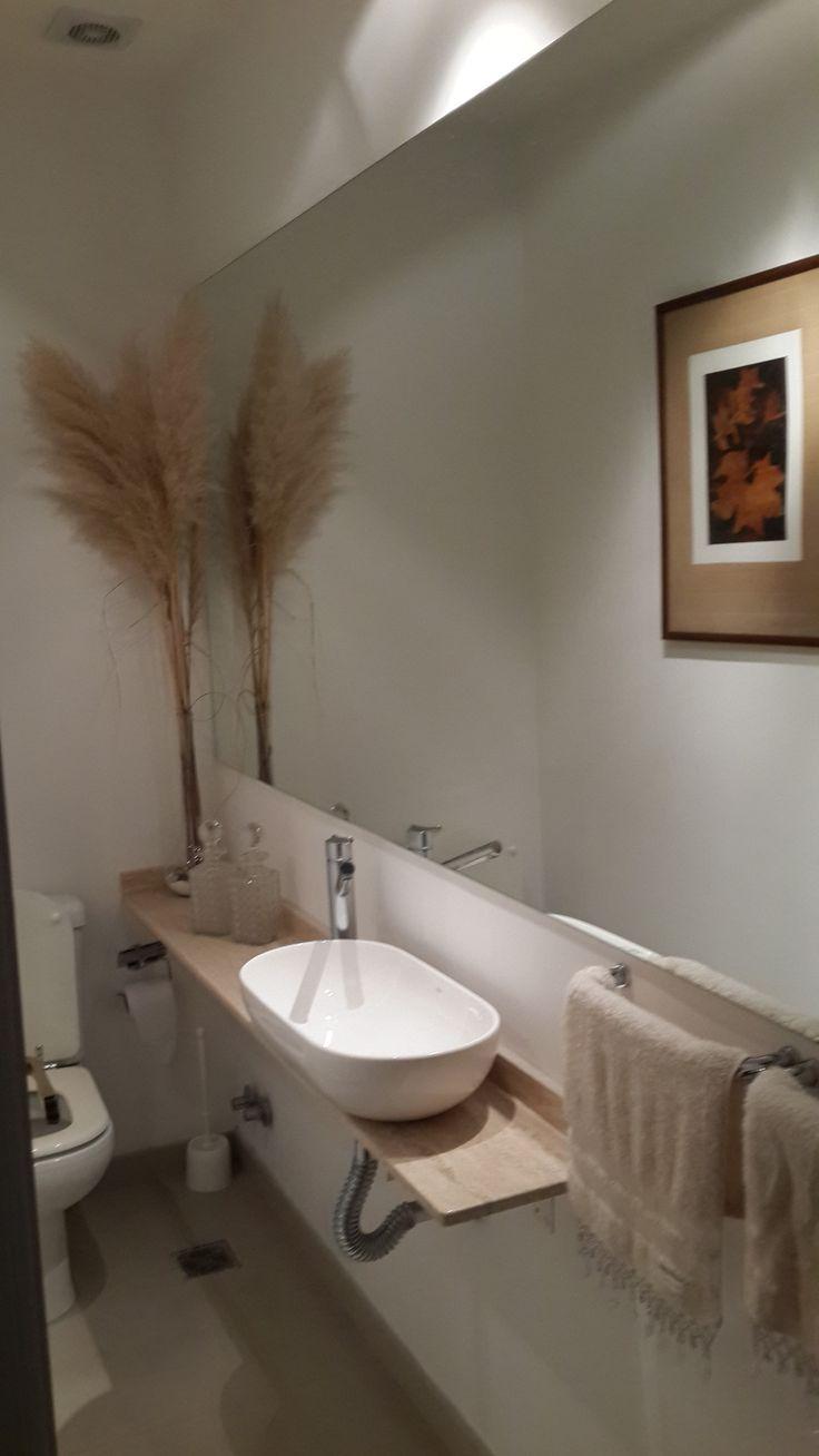 Toilette de recepci n dise ado en un ambiente muy angosto pero largo muchos espejos cuadros - Decoracion cuartos de bano modernos ...