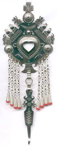 Metalowe spinki góralskie (parzenica metalowa), pomimo że dawno straciły swoją użytkową funkcję nadal pozostają jedną z oryginalniejszych ozdób stroju męskiego. O parzenicach na stronie: http://parzenica.blog.onet.pl/