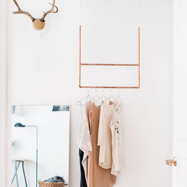 Un portant à vêtements suspendu en cuivre - Marie Claire Idées - DIY clothes rack