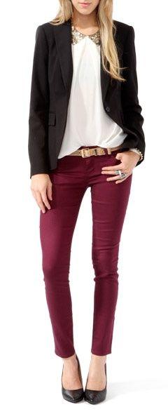 Porque no probar con un look sexy y combinar muy bien los colores como este pantalón vino, una blusa blanca, chaqueta y zapatos negros! Recuerda que puedes lucir sexy sin tener que mostrar mucha piel!