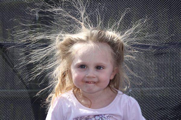 """In Amerika zijn ze een ware hype. Ook in Nederland gebruiken steeds meer ouders elektrosokjes om hun kinderen te corrigeren. Is 230 volt wel voldoende om je kind te straffen? Wij vroegen het aan de deskundige. Myra Handley is verbonden aan de European Parenting Board en razend enthousiast over de elektrosokjes. """"Het kind heeft de sokjes altijd aan, waardoor wangedrag [...]"""
