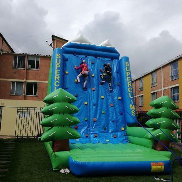 Torre de escalar para eventos  y fiestas infantiles con recreación y animacion al mejor precio llamanos aqui 3203932149 #fiestasinfantilesbogota #inflables #inflables #muñecos