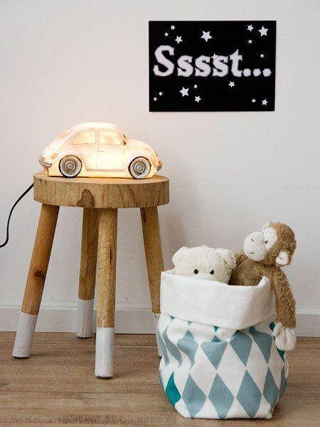 Lief nachtlampje voor de jongenskamer. Behalve deze leuke Kever vind je ook de poster en de opbergzak in onze webshop. Welterusten! #wonenvoorjou