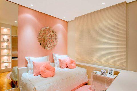 A parede recebeu um tecido listrado com listras bem finas em tons de rosa e bege. A estante, que aparece no reflexo do espelho, foi feita sob encomenda e recebeu pintura em laca branca e nichos revestidos de tecido. Projeto de Débora Dalanezi e Marcello Sesso.