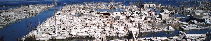 Luego de una inundación devastadora, se terminó la vida en el lugar ya que los habitantes debieron abandonar sus hogares y pertenencias; sólo quedan ruinas en la superficie de lo que fue un importante centro turístico