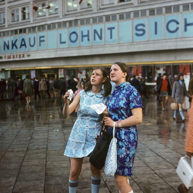 Ost-BERLIN - Mitte 1970, EINKAUF LOHNT SICH - am Alexanderplatz, Foto: Klaus Morgenstern