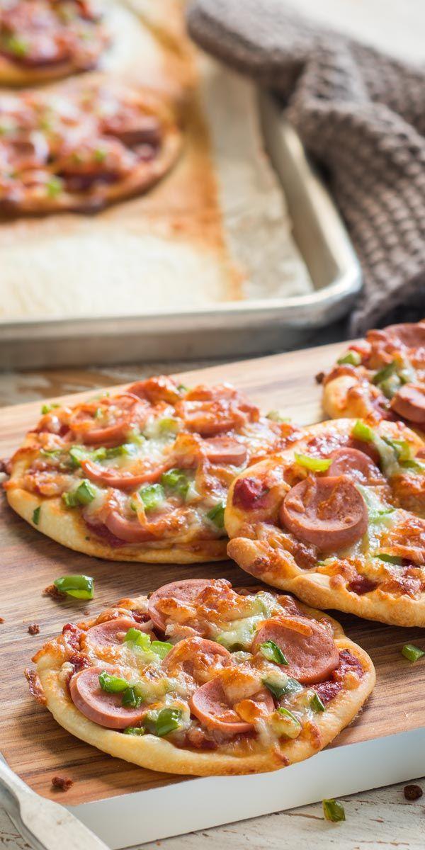 Die Mini Würstchen Pizza ist super geeignet, wenn du einen schnell gemachten und leckeren Fingerfood-Snack suchst. Pizza-Teig mit Wiener Würstchen, Gemüse und Käse belegen und ab in den Ofen! Wir wünschen einen guten Appetit.