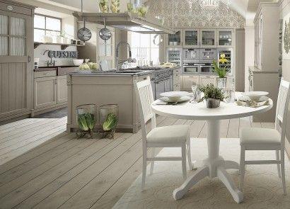 Кухни в стиле country chic с островом, отделка Серый Глиняный. Круглый стол English Mood со стульями Provenza, люстра Edimburgh.
