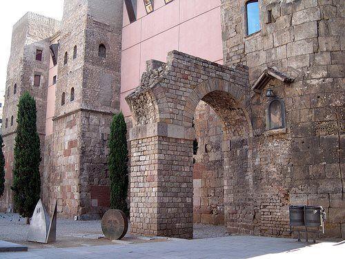Murallas romanas de la Colonia Julia Augusta Faventia Paterna Barcino (Barcelona). El Plan Barcino pretende la puesta en valor del recinto amurallado, visible en la actualidad en tan sólo un tercio de su extensión (foto: Rafael del Pino).