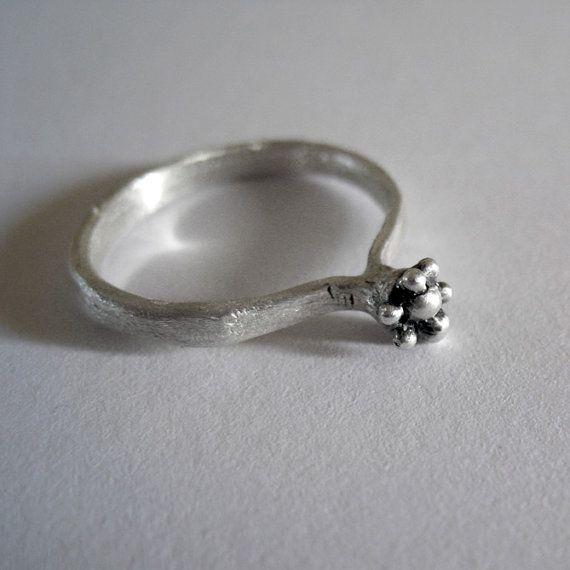 Minimal dots ring in sterling silver. Handmade by applenamedD