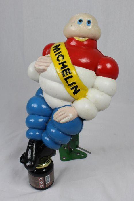 Michelin - Bibendum pop met Nederlandse driekleur - 45 cm. hoogte - 60'er jaren  U biedt op een prachtige Michelin pop in de Nederlandse driekleur. Deze heeft op een vrachtauto gezeten. Inclusief RVS steun. Nog helemaal gaaf geen beschadigingen aan het plastic hier en daar is de verf er een beetje af. Niet storend.Hoogte: 45 cm. Verzending snel aangetekend en verzekerd.  EUR 76.00  Meer informatie