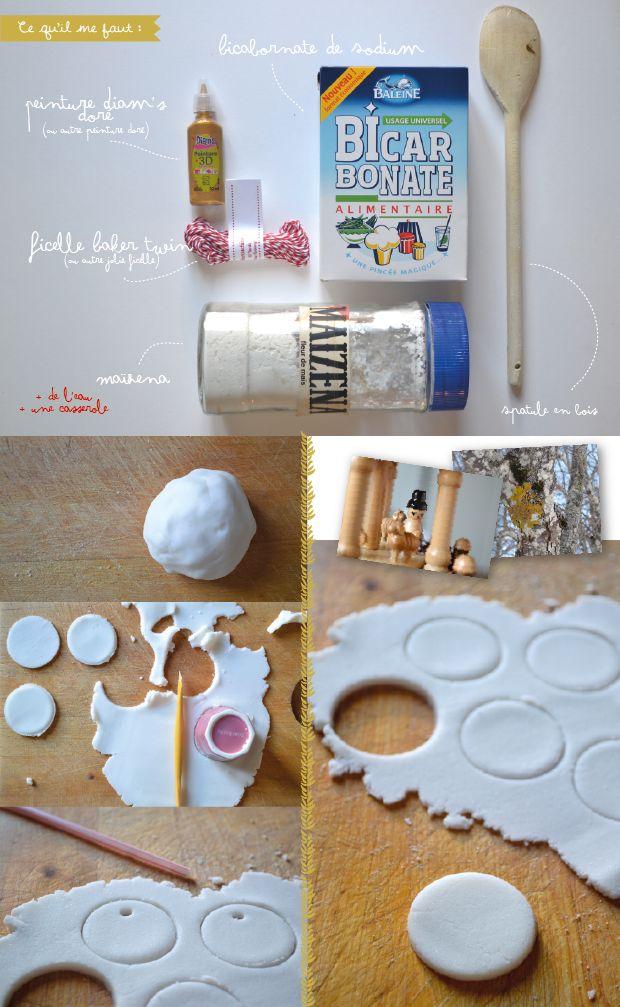 Pâte  sel  blanche quiscintille  comme  flocon neige. Réalise  pâte  sel toute blanche,  Mélanger : 1 verre maïzena, 1 verre eau  2 verre bicarbonate . Mettre dans casserole à feu doux, jusqu'à forme  pâte qui  décolle de casserole. Laisser tiédir  2. Aplatir  pâte et avec  emporte-pièce ou  petit verre  découper la pâte. 3. Avec paille, créer trou pour  ficelle. 4. Séche air libre  pas besoin de cuisson 5. Grâce à Diam's 3D doré ou peinture  réaliser  joli dessin