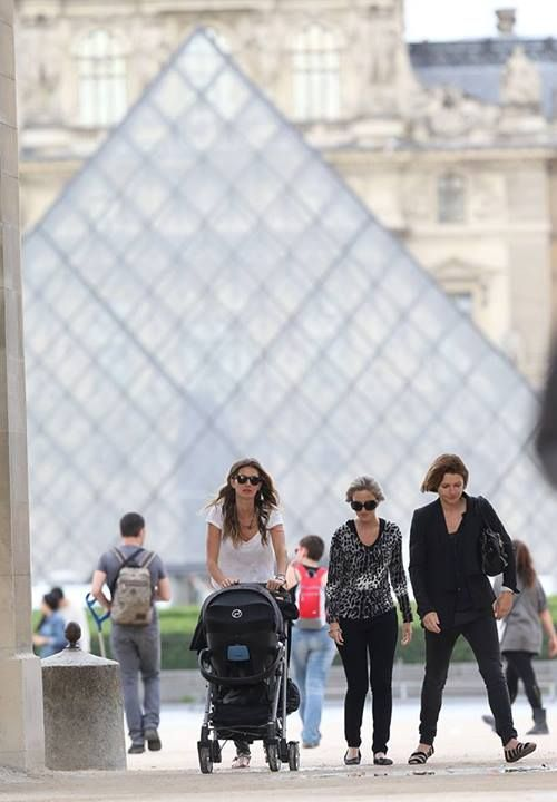 SPOTTED IN PARIS  Gisele loves CYBEX: travelling with your baby – Gisele Bündchen and her little daughter Vivian show us, how easy this can be with the Callisto travel sytem – this time at Louvre, Paris. Take a closer look on our blog: blog.cybex-online.com