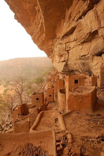 Dogon Casas en el lado de las montañas rocosas - antigua Tellem Pueblo - País Dogon, Mali - África Occidental