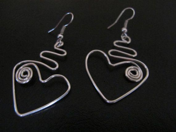 Funky zilver draad gewikkeld hart oorbellen met door Naomirabinowitz