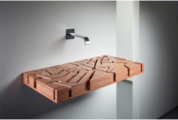 木から作られた洗面台。それだけでも特徴的なんですが、形に何か見覚えが…。 実は、上から見るとロンドンの地図になっているんです。Julia Kononenkoさんのデザインによる、その名も「WATER MAP」。 注がれた水が街の「溝」を流れて行きます。 ストリートが水路になる大胆発想、思い切りがあっていいなぁ。他の都市...