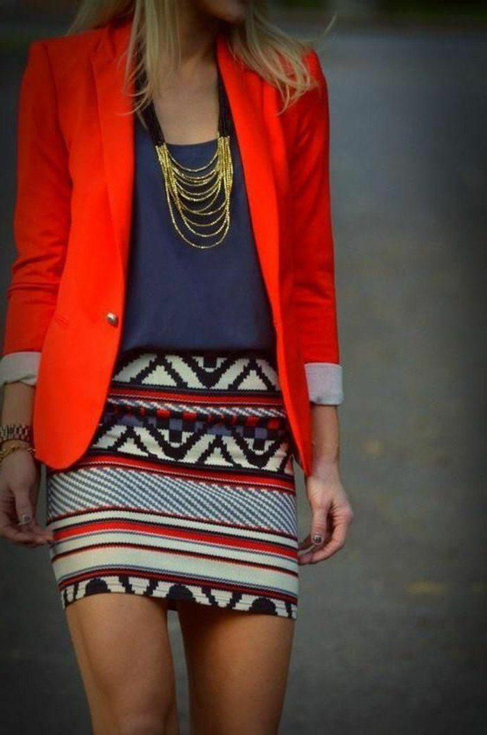 joli collier gros fantaisie en or avec veste rouge et une jupe courte