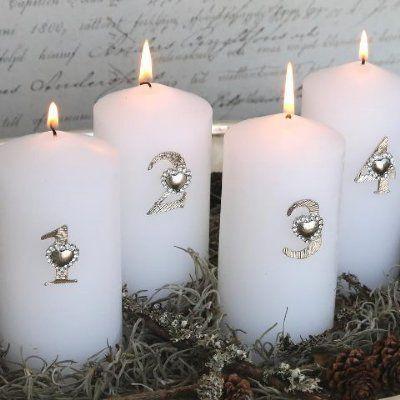Vackra adventssiffror i silverfärg med nål på baksidan att fästa i ljuset.