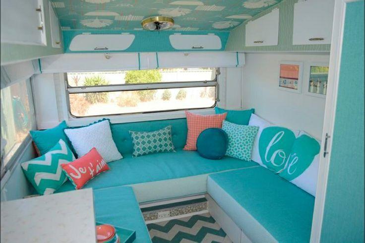 Aqua is een kleur die ik eigenlijk niet zo heel veel terug zie. Maar kijk eens hoe fris je caravan er van wordt. Kijk ook even goed naar het plafond. Hoe creatief is dat! Een rotklus, maar wat een resultaat. Wie volgt? Bron