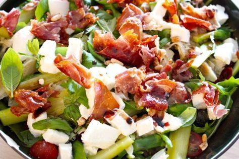 salade met asperges, mozzarella en krokante ham