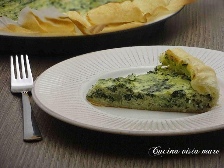 La torta salata con patate e cavolo nero è semplice, genuina e gustosa da proporre come secondo piatto o come stuzzichino per l'aperitivo o per il buffet.