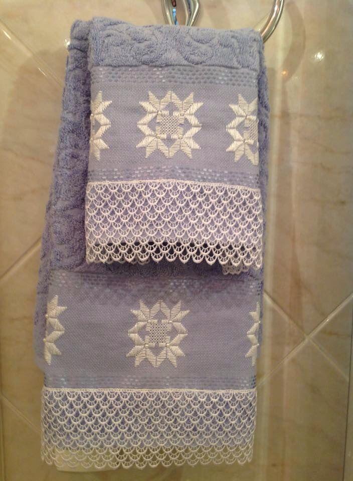 Jogo de toalha de rosto e lavabo, da Karsten; bordadas em ponto reto e acabamento em renda guipir branca.