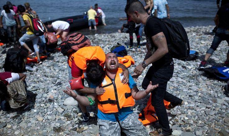 """Erick dice que los refugiados clamaron a Dios. """"De repente, una figura celestial y brillante apareció en el barco. Todo el barco sabía que era Jesús""""..."""