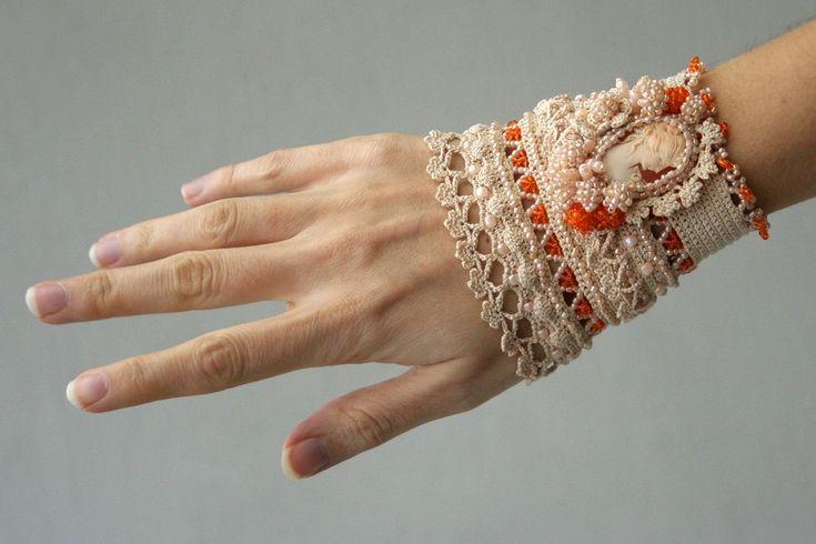 Bazarino - Плетен маншон на една кука в крем и оранж със седефена камея