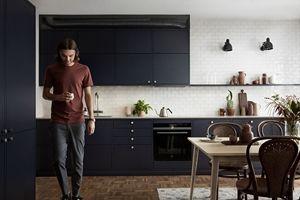 Kök i härligaste mörkblått | Ballingslöv  Luckan Bistro mörkblå är kombinerad med en slitstark, sandfärgad bänkskiva i kompositsten samt blandare och diskho i rostfritt. Värt som notis är att lägga ett extra öga på den innovativa och coola lösningen ovanför kökets högskåp.