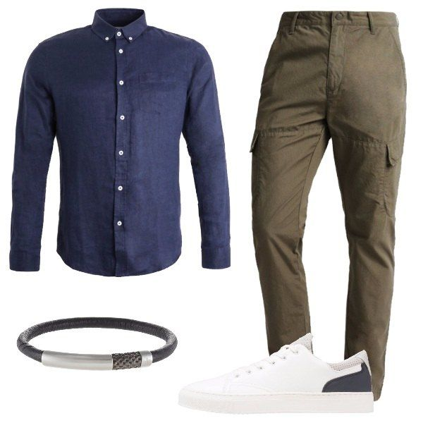 Look casual, composto da camicia in lino blu scuro abbinata ad un paio di pantaloni khaki a vita normale in cotone e ad un paio di snekers basse bianche. A completare il look bracciale nero e grigio in pelle e metallo.