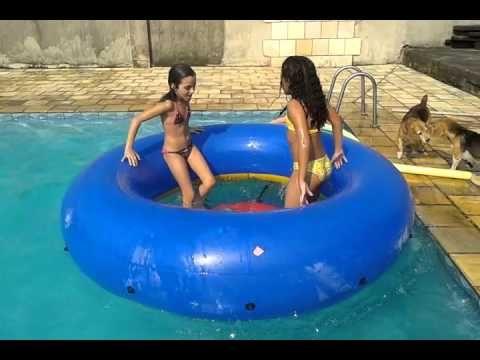 Julia e Gabi tomando um banho gostoso de piscina (versão 2016) poster