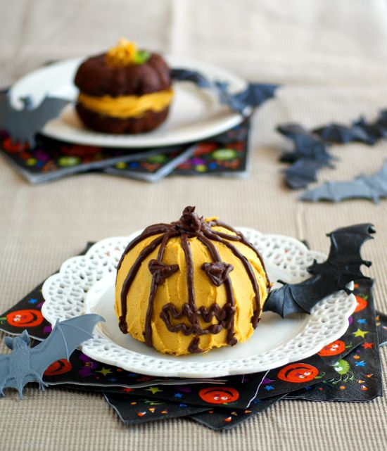These Halloween Whoopee Pies are made with whole foods ingredients, no refined sugar, and are gluten-free and vegan! #vegan #halloween #recipe