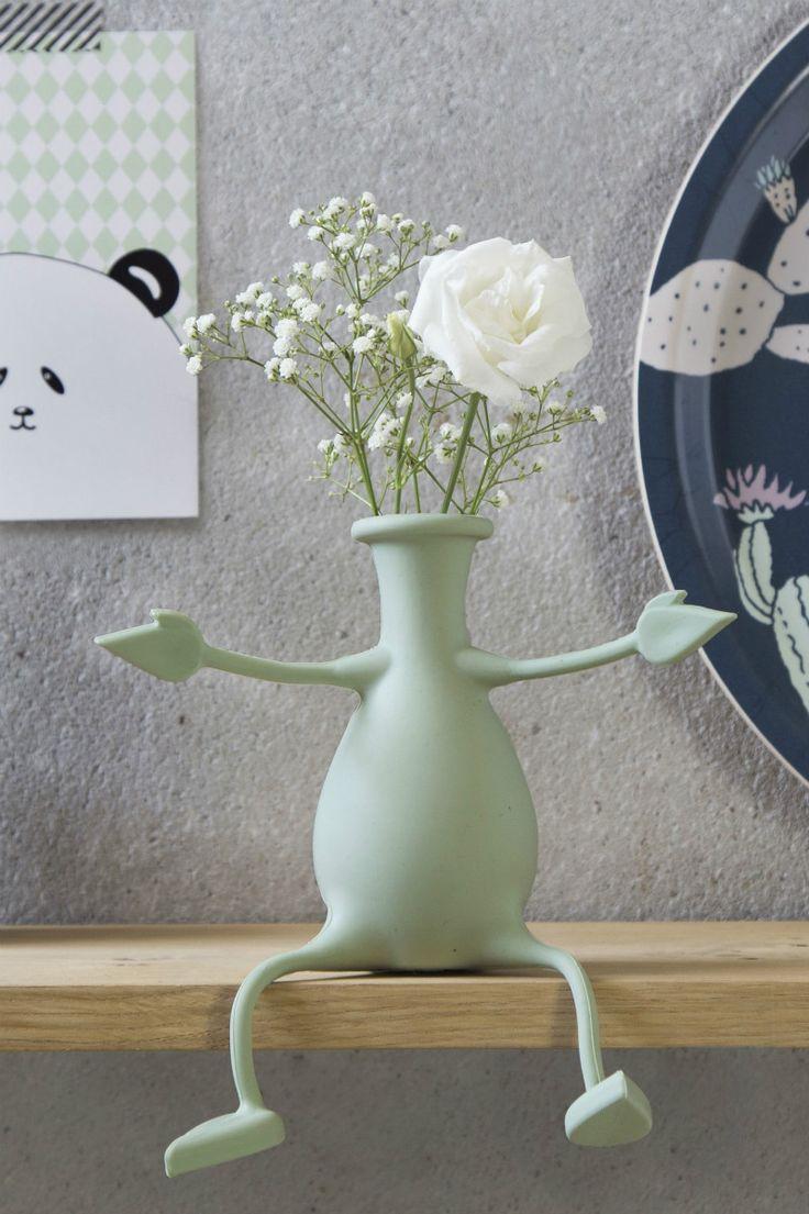 Mint Florino flexibele vaas van Peleg Design.   Vaas die flexibel is, want de armen en benen van de vaas zijn buigzaam. Vaas is in meerdere posities neer te zetten, zoals op de rand van een plank, met gevouwen benen, op te hangen aan een rekje, of met benen recht vooruit. De mogelijkheden met de Florino vaas met flexibele benen en armen zijn eindeloos. Gemaakt van siliconen. Kan niet kapot vallen. Vrolijke design en bloemen fleuren de kamer meteen op.