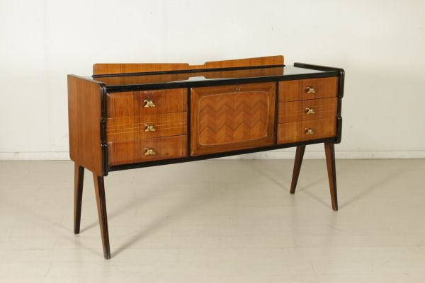 Mobile a cassetti con vano bar, legno impiallacciato bois de rose, vetro retro trattato, ottone. Buone condizioni, presenta piccoli segni d'usura.