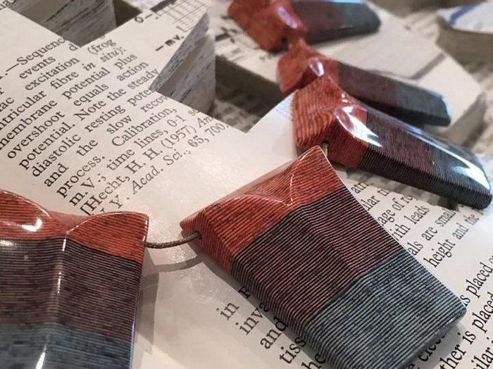 Британский художник Джереми Мэй превращает старые выброшенные хозяевами книги в прекрасное искусство. Он создает из многослойных структур кольца и другую бижутерию, покрывая ее гипоаллергенными лаками и придавая ей гладкий вид.