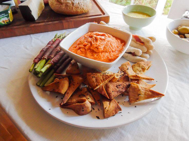 På tapasbordet skulle være en lækker dip til de pitachips, jeg er blevet så vild med. Valget faldt på en humus med grillet rød peber.