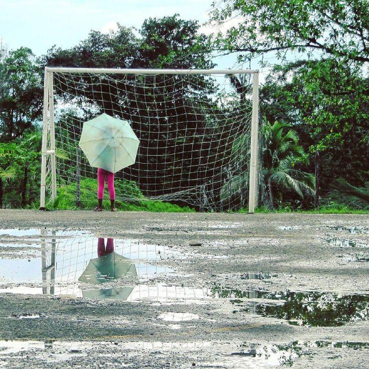 Echamos un partido? Vereda de Citronela #buenaventura #colombia #valledecauca #igerscolombia #nature #naturalezapura #ig_colombia #rain #rainy #umbrella #kids