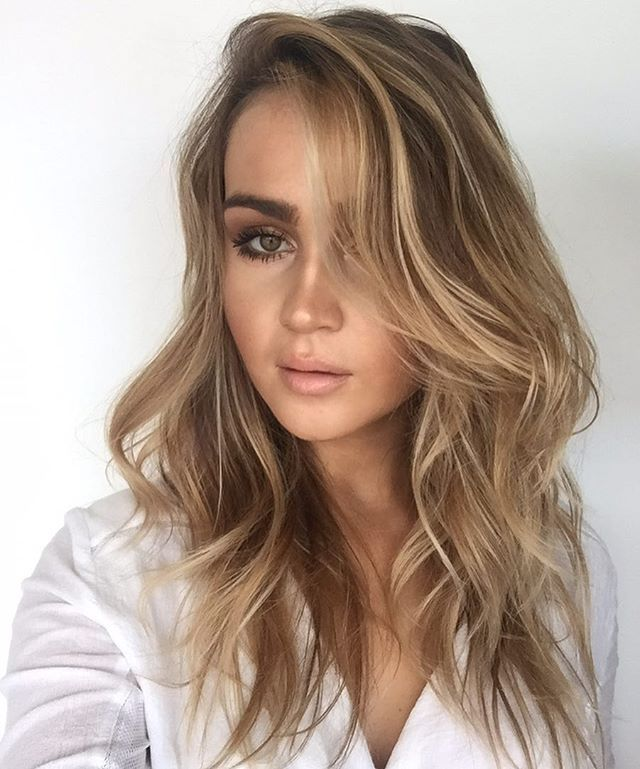 wavy honey blonde medium length hair