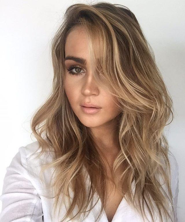wavy honey blonde medium length hair